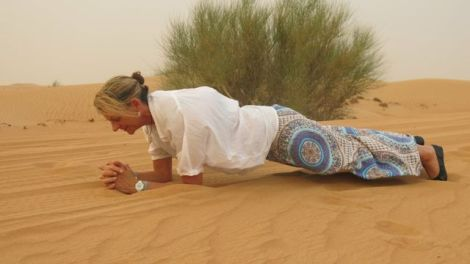 planking in the hot desert in Dubai turned out to be hazardous